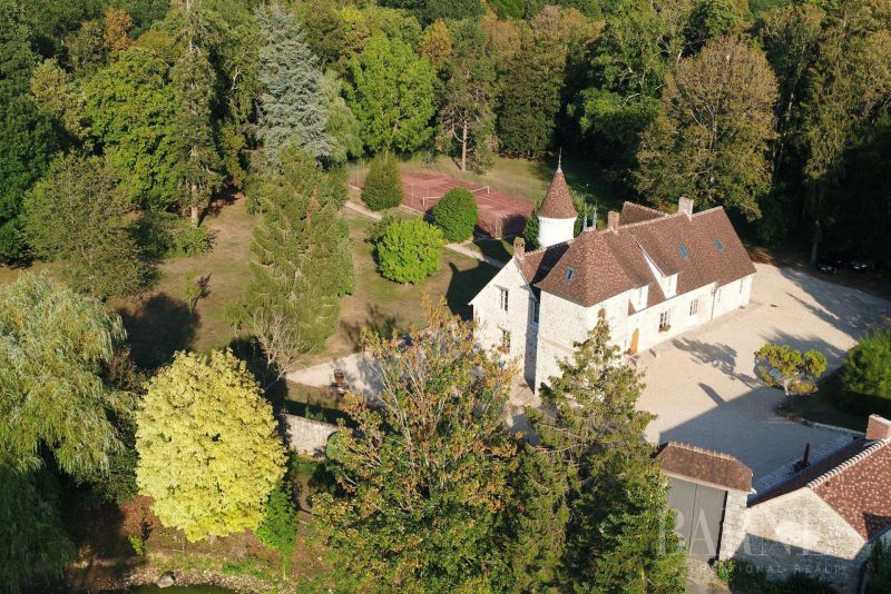 Near Rambouillet, 55 km from Paris, exceptional renovation for this seigneurial Manor of the 15th century of 480 m2