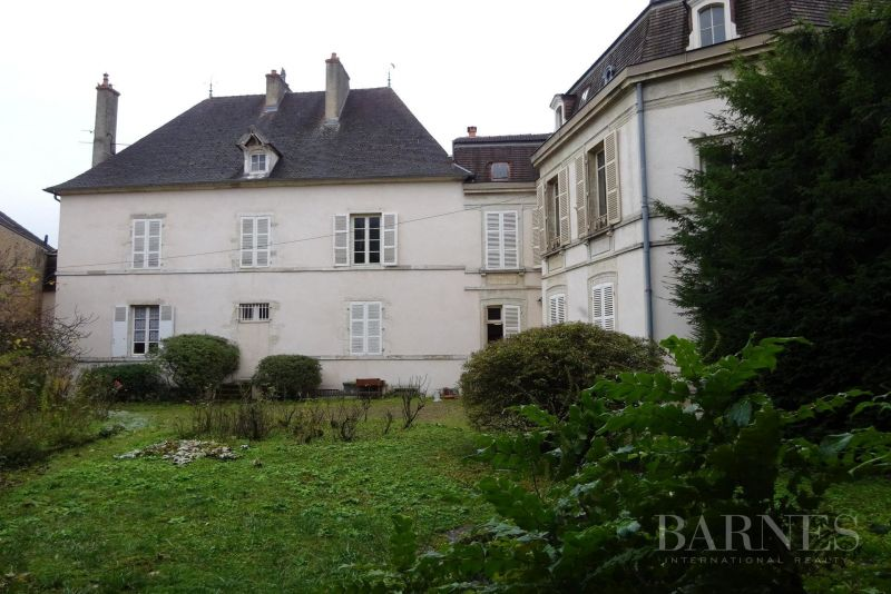 Private mansion in the center of Beaune with its 1200m² garden