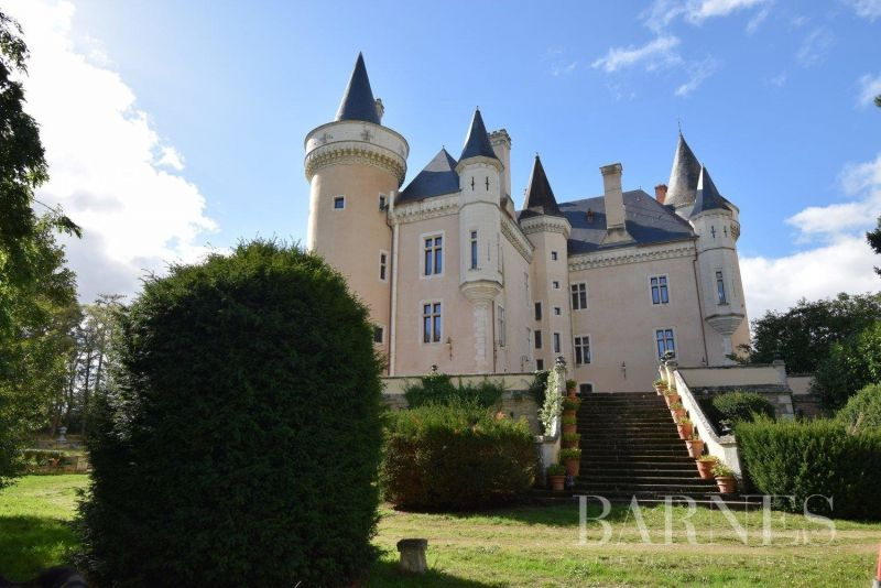 12th, 15th & 19th centuries castle and its outbuildings in the heart of a 2.3 hectares park